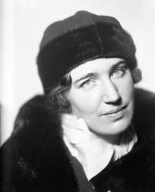 Porträtt av kvinna i päls och hatt 19904df8f4f74