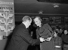 Astrid Lindgren mottar Nils Holgersson-plaketten av statsrådet Josef Weijne  för sin bok Nils Karlsson d606c80f985e7