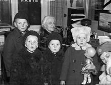 Finska krigsbarn på landgången till ett fartyg Stockholmskällan