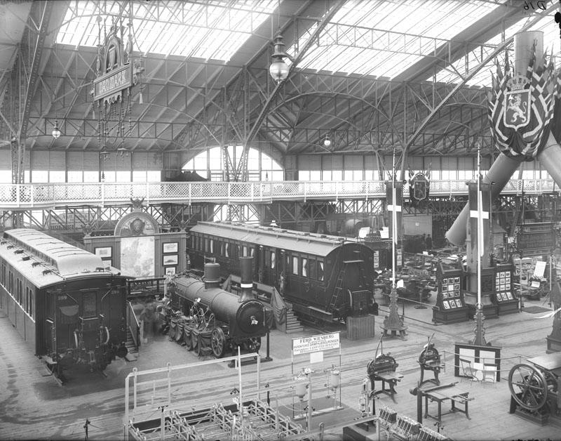 Stockholmsutställningen 1897 Utställning med järnvägsvagnar i Maskinhallen Stockholmskällan