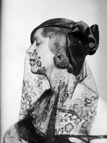 Porträtt av kvinna i hatt och flor 2e2e11e7c28a5